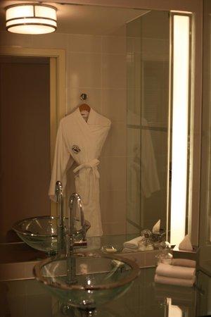 Fairmont Singapore : bathrobe