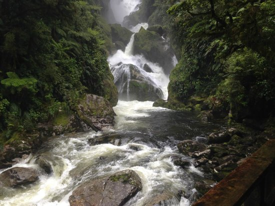 Milford Track : Cascading waterfalls