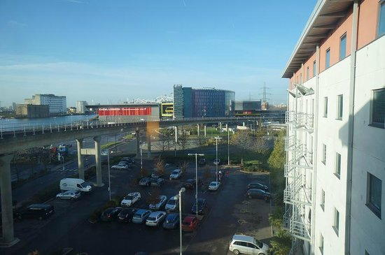 Premier Inn London Docklands (Excel) Hotel: View from 528 near elevated DLR