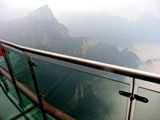 Гора Тяньмэнь вЧжанцзяцзе: view from glass skywalk