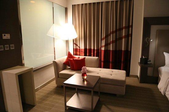 Novotel Bangkok Ploenchit Sukhumvit: side sofa