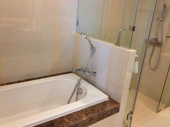 bathtub - picture of the berkeley hotel pratunam, bangkok - tripadvisor