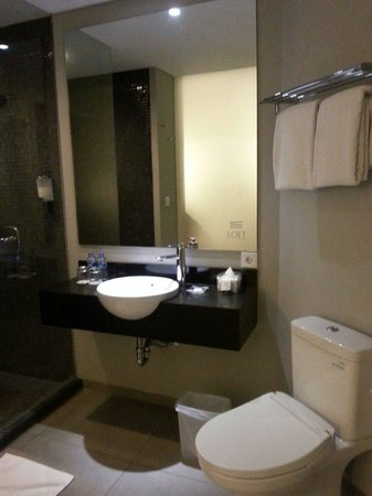 Loft Legian Hotel: Bathroom