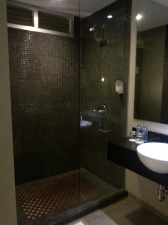 Loft Legian Hotel: Shower area