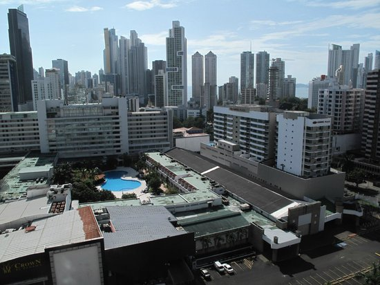 Hilton Garden Inn Panama: Rooftop view toward the Pacific