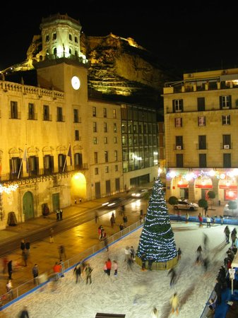 Eurostars Mediterranea Plaza Alicante : Room view of the town hall, ice rink and castle