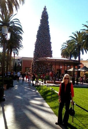Island Hotel Newport Beach: BIG CHRISTMAS TREE IN FASHION ISLAND
