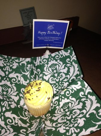 Highland Haven Creekside Inn: Sopcial Touch: a cupcake was left for Carlie, since it was his birthday