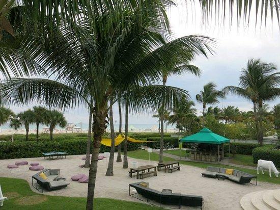 Kimpton Surfcomber Hotel: ÁREA DA PISCINA