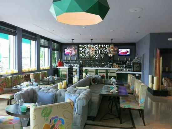 Kimpton Surfcomber Hotel: LOBBY