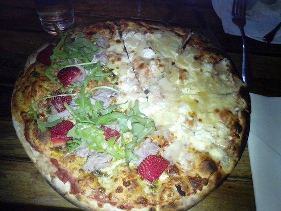 Piza e Vino: Large Pizza 4 Formaggi and Carpaccio&strawberries