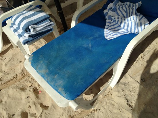 Oyster Bay Beach Resort: poor condition of cushions pool/beach