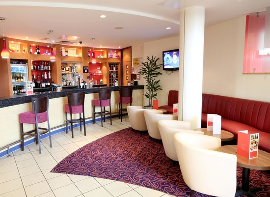 Ramada London North M1: Bar