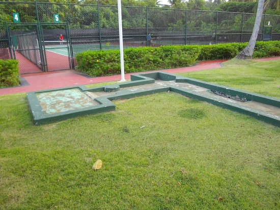 Grand Palladium Punta Cana Resort & Spa: mini golf - no carpet
