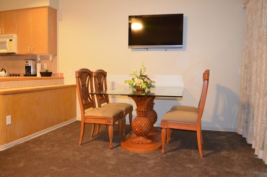 Kona Coast Resort: dining area - cute and one of the 2 TVs
