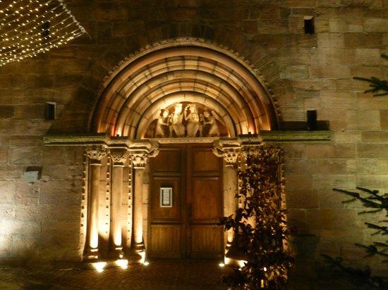 Hotel A l'Arbre Vert: Le porche de l'église