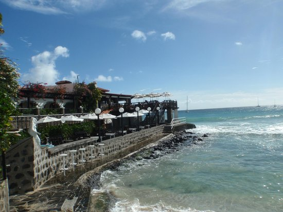 Porto Antigo Residence: Uitzicht vanaf boulevard voor complex met links Hotel Odjo d'Agua Hotel