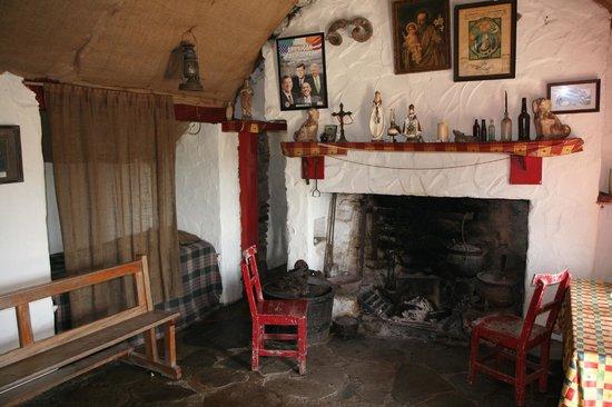 Connemara Heritage and History Centre: Dan O`Haras Hütte