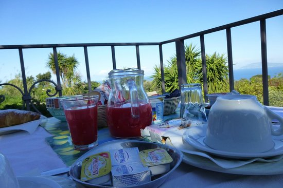 Villa Damecuta: Breakfast