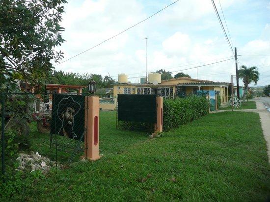 Casa Papo y Niulvys: Vista desde afuera de la casa