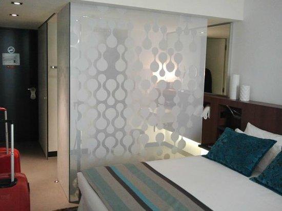 Inspira Santa Marta Hotel: Pared de cristal del baño, desde la habitacion