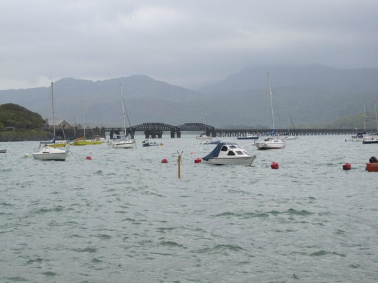 Sunray Guest House: View across Barmouth Harbour from the Sunray Guesthouse