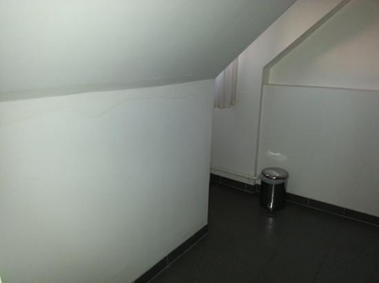 Royal Overseas League : damp wall in bedroom 15
