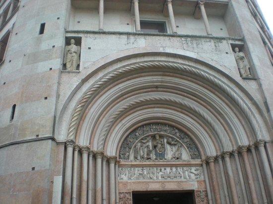 Battistero di Parma : Portale, fregi di pregio