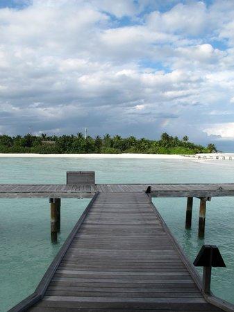 COMO Cocoa Island: The bridge which leads you to the island from villa
