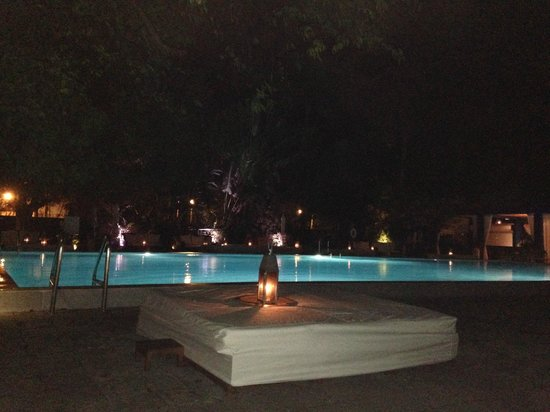 Shore Club South Beach Hotel: At night by the pool