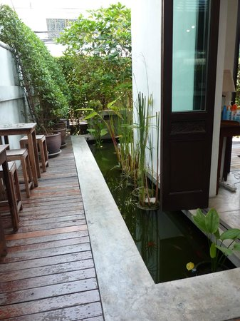 Udee Bangkok Hostel: Near the entrance, inside the hostel, some water for any fishs