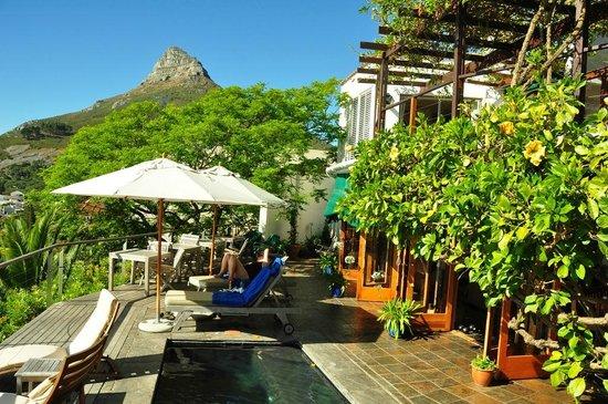 Boutique @ 10: Terrasse mit Pool und seitliche Aussicht auf den Lions Head