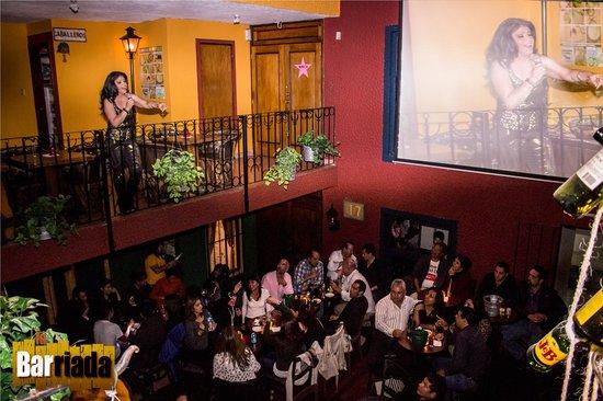 Monica iniciando su show en La Barriada