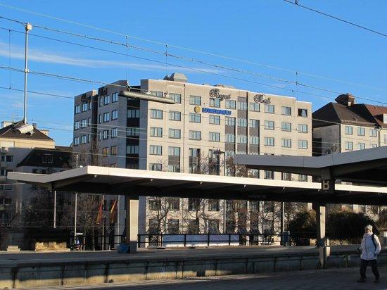 Hotel Regent: El Hotel visto desde la estacion