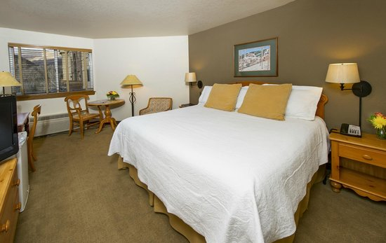 Inn and Suites at Riverwalk: Deluxe King Hotel Room