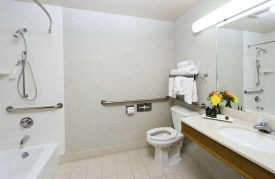 Inn and Suites at Riverwalk: Accessible Bathroom