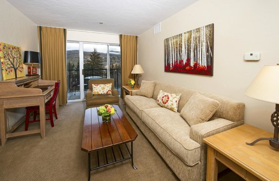 Inn and Suites at Riverwalk: 2 Bedroom Suite Living Room