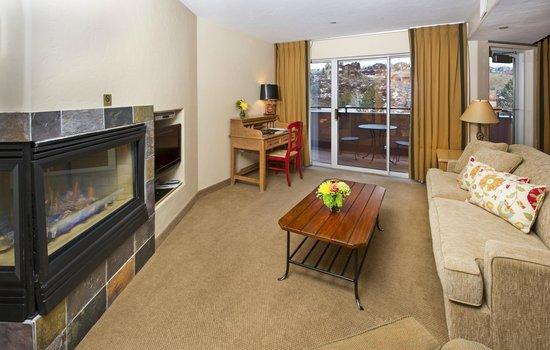 Inn and Suites at Riverwalk: 1 Bedroom Suite Living Room