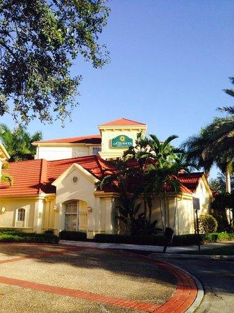 La Quinta Inn & Suites Ft. Lauderdale Plantation: Foto del hotel tomada desde el estacionamiento