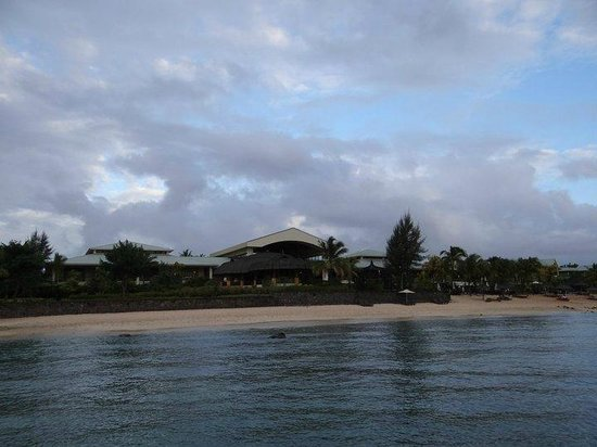 Le Meridien Ile Maurice : Partial view of the hotel from the beach