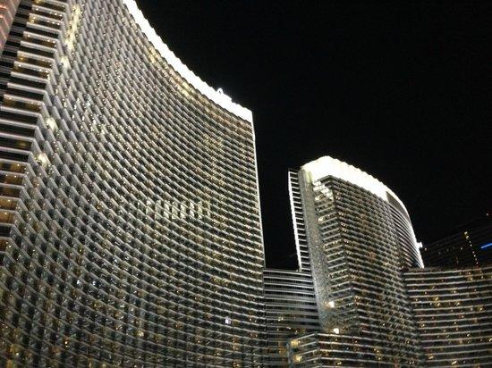 Vdara Hotel & Spa: Vdara Hotel at night