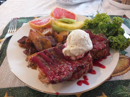 Battlefield Bed and Breakfast Inn: Our perfect breakfast--french toast with raspberry sauce, potatoes and fresh fruit.