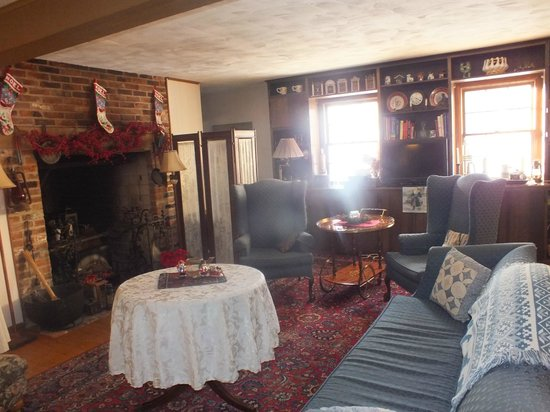 Battlefield Bed and Breakfast Inn: One of the beautiful sitting areas/lounges.