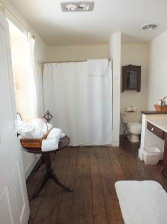 Battlefield Bed and Breakfast Inn: The huge bathroom.