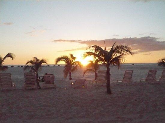 Outrigger Beach Resort: Nice beach