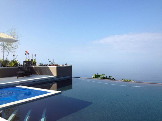 Horizon Guest House: View west of the infinity pool, spa and ocean