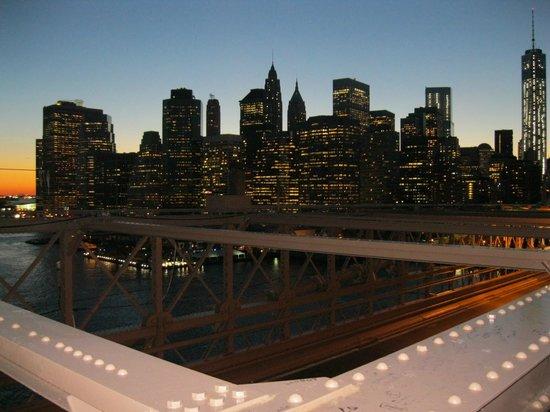 Pod 51 Hotel: Manhattan de noche desde el puente de Brooklyn