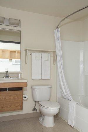 Value Place Johnson City: Bathroom
