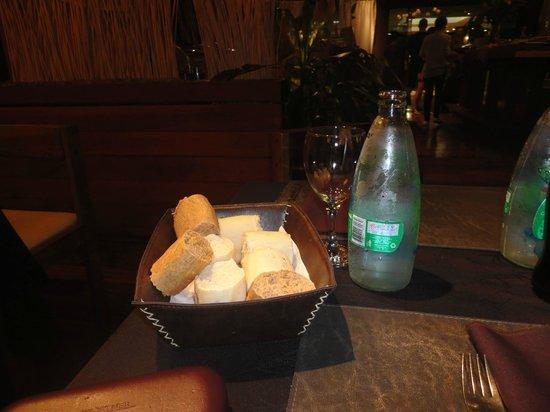 Raices Esturion Hotel: Servicio de mesa incluído del buffet cena