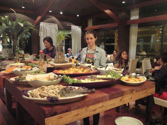 Raices Esturion Hotel: Mesa del buffet cena
